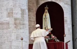 Maria reza pela missão de Papa Francisco pela paz