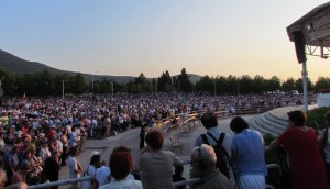 Multidão de milhares de fiéis marcam o aniversário